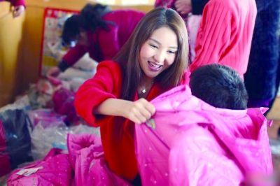 今年春节,回家乡过年的郭美美来到了益阳市儿童福利院,为孩子们送去棉衣和奶粉。(资料图片)