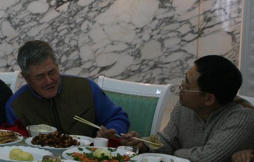 图文:赵本山回乡办父亲丧礼--在饭桌上痛哭