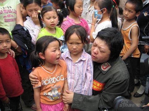 组图:韩红爱心救援赶赴什邡安慰灾区小学生