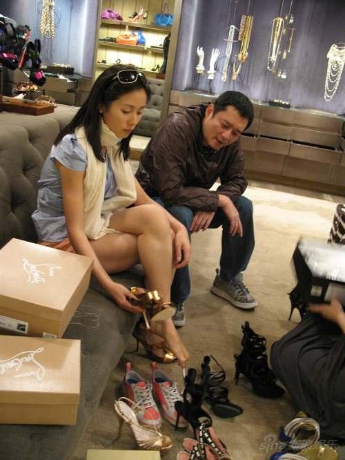 中年色情丝袜_当日,与江一燕同行的还有一位中年男士,此人正是香港著名造型师张叔平