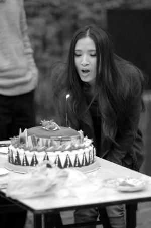 龚蓓�不仅因为拍摄新片留在广州过年,昨日还在广州度过了自己的生日。
