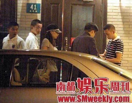 组图:郭晶晶夜会男友霍启刚小心谨慎拒绝拉手