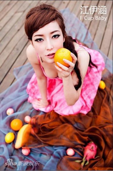 江伊涵秀性感写真变身水果氧气辣妹(组图)