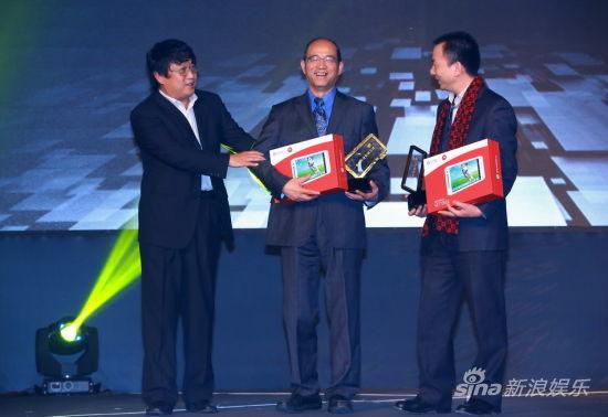陈彤(左)为《人民日报》代表曹焕荣(中)和北京市政府办公室代表范寅龙(右)颁发荣誉