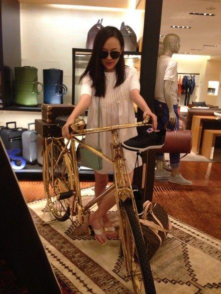 霍思燕作势骑自行车