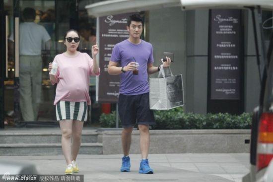 霍思燕挺大肚和老公杜江逛街
