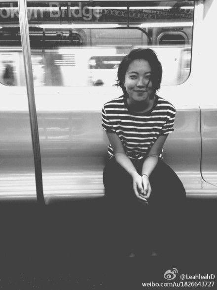 窦靖童纽约搭地铁 黑白简约初露时尚味