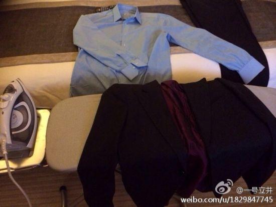 李亚鹏:洗衣部没人,只好自己熨烫明早要穿的西装。熨烫着一个人的生活