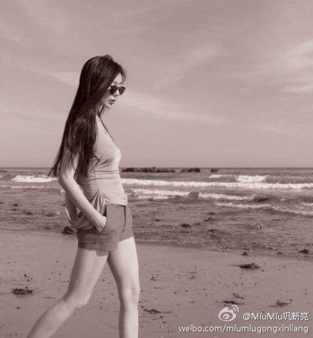 巩新亮晒出独自走在沙滩上的照片宣布分手