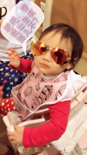 李小璐女儿戴墨镜