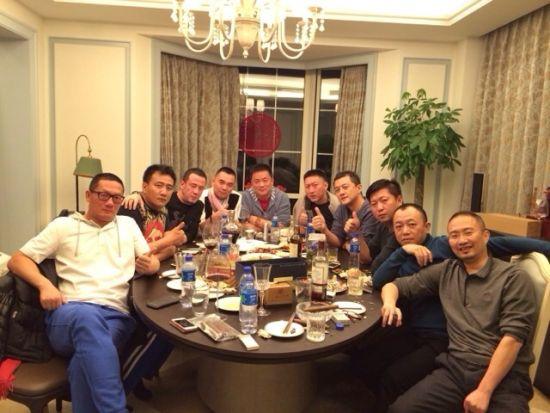 李亚鹏(右四)与好友们过节