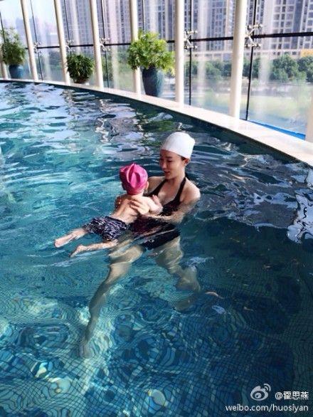 霍思燕和宝贝游泳