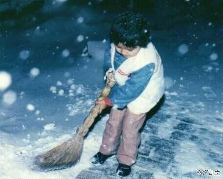 佟丽娅小时候为奶奶家门前扫雪