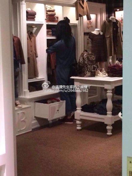王菲在童装店挑衣服