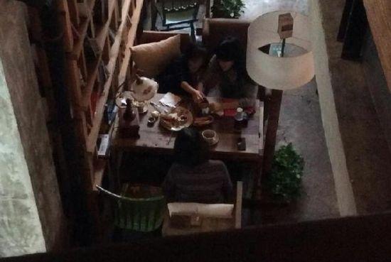 王菲(右上)带李嫣和李亚鹏妈妈一起吃饭