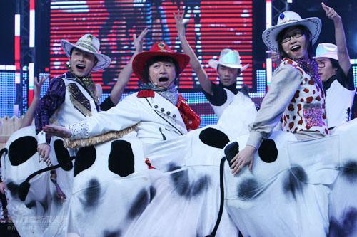 图文:黄舒骏和羽泉同收徒-黄舒骏跳起奶牛舞