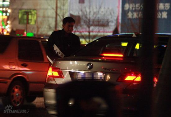 图文:王学兵孙宁停车场热吻-打开车门