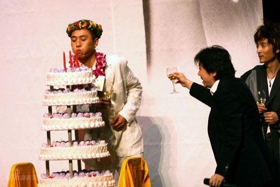 图文:刘烨而立之年庆生--刘烨吹生日蜡烛