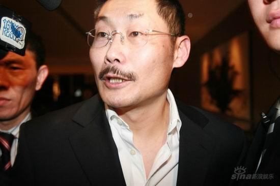 图文:亲友抵达王志文婚宴会场--何平导演