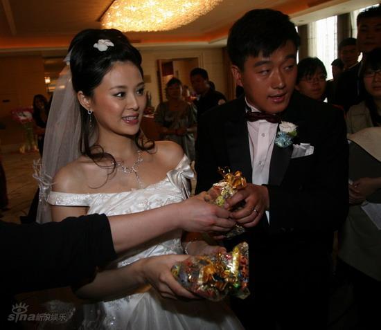 图文:佟大为关悦北京大婚--新郎新娘派发喜糖