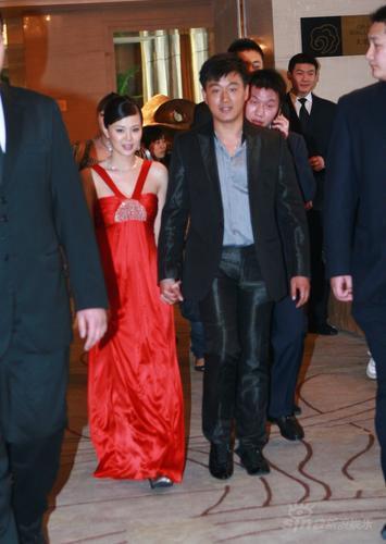 图文:关悦换红色礼服与佟大为结束婚礼离开