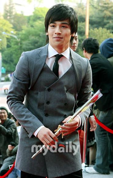 图文:混血男星刘健手持红玫瑰神秘气质惹人爱