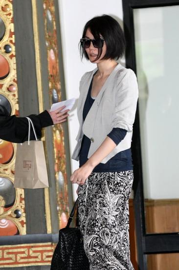 图文:婚礼嘉宾抵达不丹--王菲低调亮相