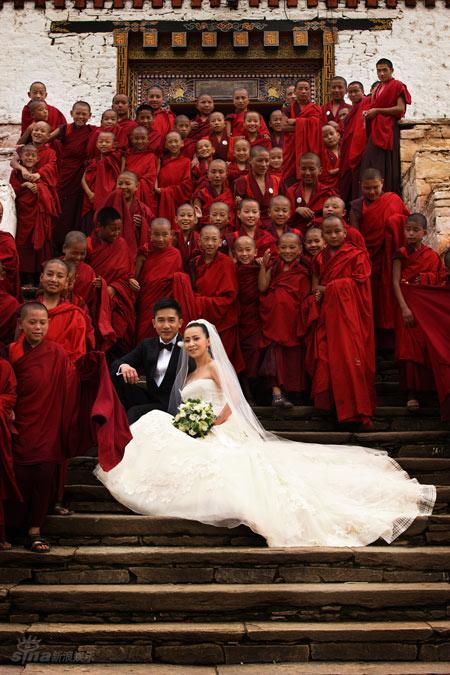 图文:伟玲婚礼庄严圣洁-新人深情相拥