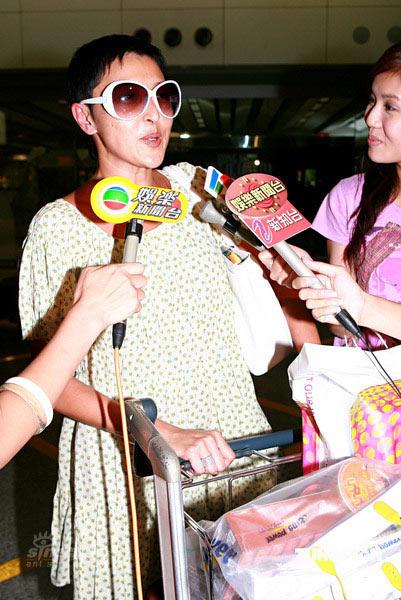 图文:众人抵达香港机场--上山诗纳