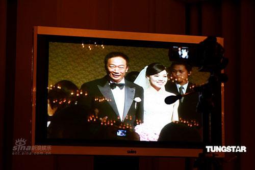 图文:郭台铭迎娶曾馨莹-屏幕上的新婚夫妇