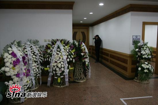 图文:潘星谊举行遗体告别-布满花圈的告别室门口