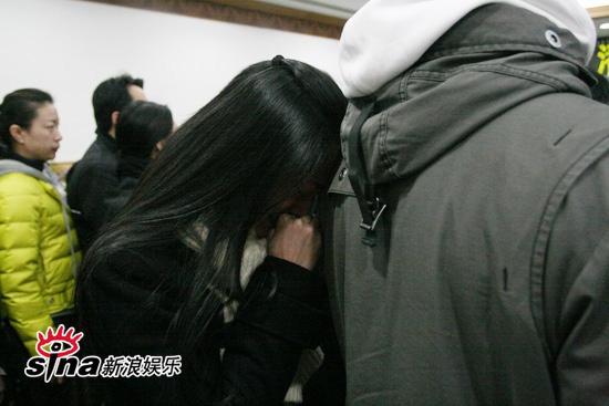 图文:潘星谊遗体告别--姚晨轻轻将头抵在老公背上
