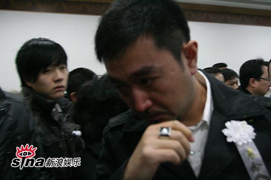 图文:潘星谊遗体告别--刘向京默默抽泣