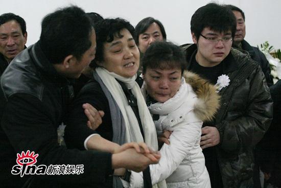 图文:潘星谊遗体告别--潘母悲痛欲绝