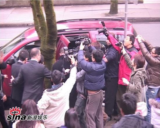 图文:陈冠希加拿大面对媒体-车内遭媒体追拍