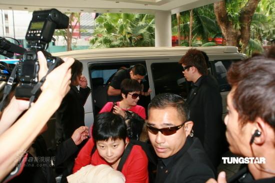 图文:陈冠希抵达新加坡-保镖护送众人