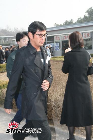 图文:李钰追悼会--王亚楠穿黑色风衣