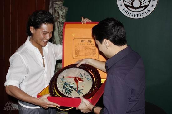 图文:丁子峻拍写真-赠礼菲律宾旅游部部长