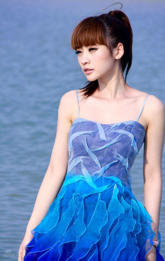 图文:柳岩海滩清凉写真--凝望目光