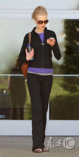 图文:好莱坞女星频出游-低头发短信的妮可-基德曼