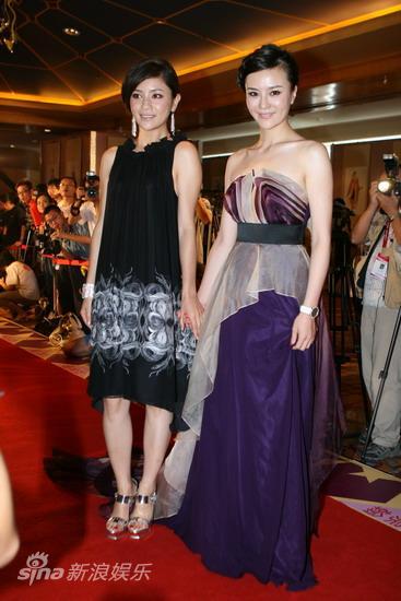 图文:华谊明星汇红毯--胡可刘孜手拉手