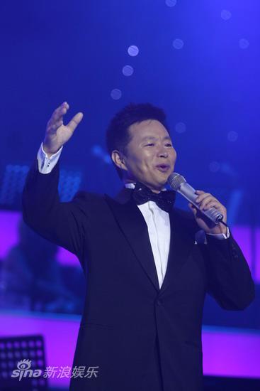 图文:2009明月盛典-王宏伟登台献艺