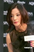 组图:赵薇靓丽黑装优雅代言希望爱情早些到来