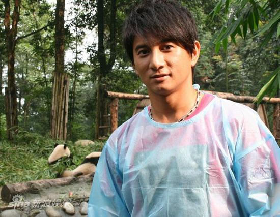 图文:吴奇隆认养大熊猫-吴奇隆穿好隔离服
