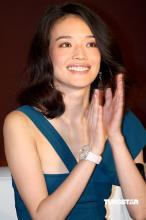 组图:舒淇湖蓝色吊带衫亮相性感女神风姿卓约