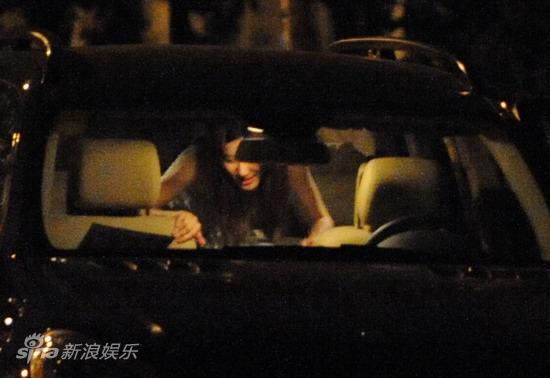 图文:孙悦与新女友树林车震--坐回前座