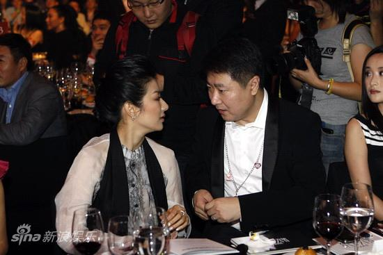 图文:BAZAAR明星慈善夜晚宴-黄奕于冬交谈