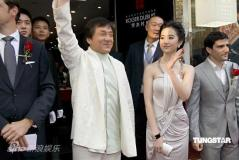 组图:成龙出席代言显大哥派头体贴指点刘亦菲
