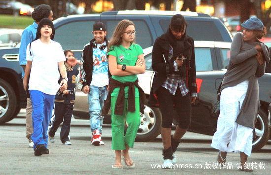 图文:杰克逊子女逛街--悠闲轻松