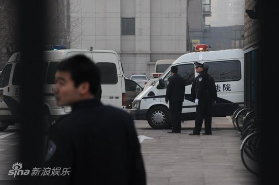 图文:臧天朔案今将宣判--警察护送押解车进入